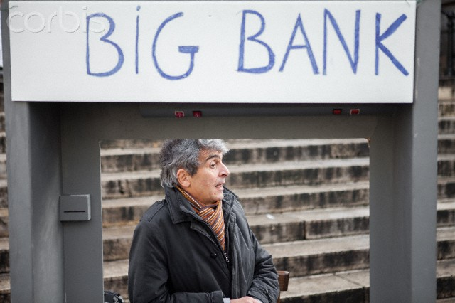 Activists in Brussels gather signatures to split the banks